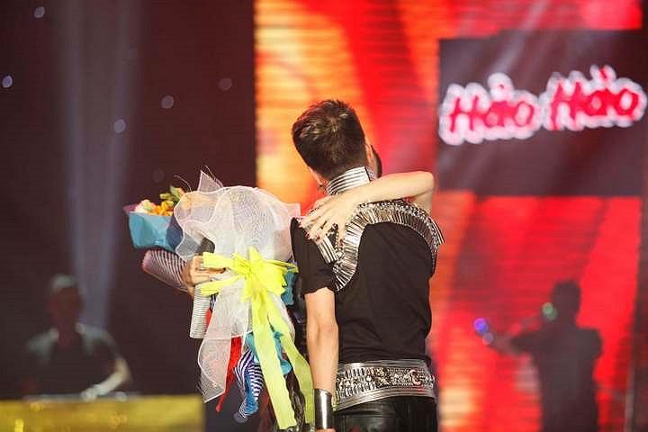 Tuy nhiên, anh còn làm 'tốt hơn' nhiệm vụ là một khách mời khi khoá môi Thao Thảo say đắm trên sân khấu.