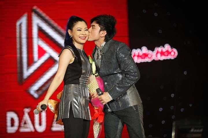 Đan Trường cũng là khách mời trong liveshow của Thanh Thảo, anh cũng hôn Thanh Thảo nhưng nụ hôn chỉ lướt qua trên má của búp bê chứ không nồng nhiệt như nụ hôn với Mr Đàm.