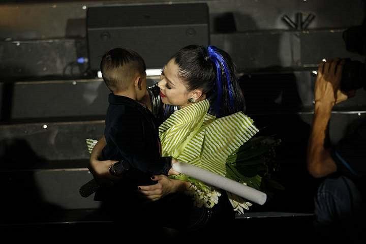 Bé Jacky tặng hoa cho mẹ Thanh Thảo.