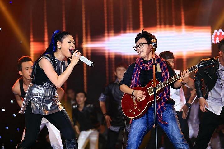 Nhạc sỹ Phương Uyên xuất hiện trong tiết mục kết show với những ca khúc sôi động.