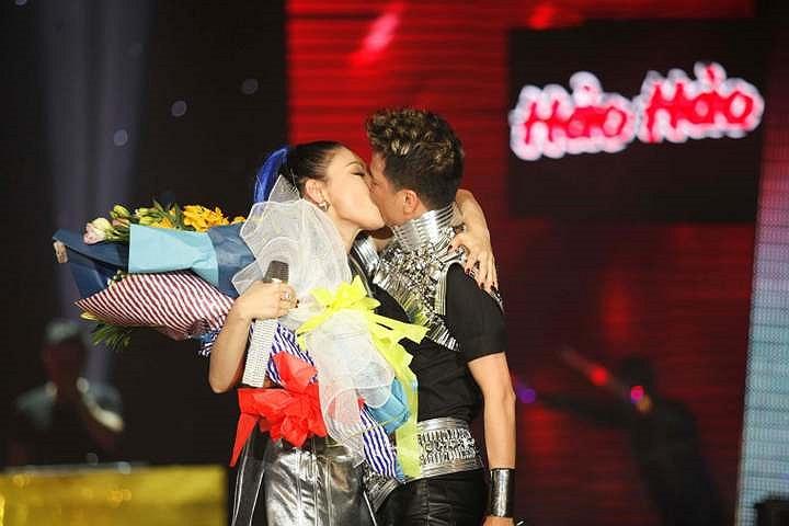Nụ hôn kéo dài đã khiến công chúng hết sức thích thú.