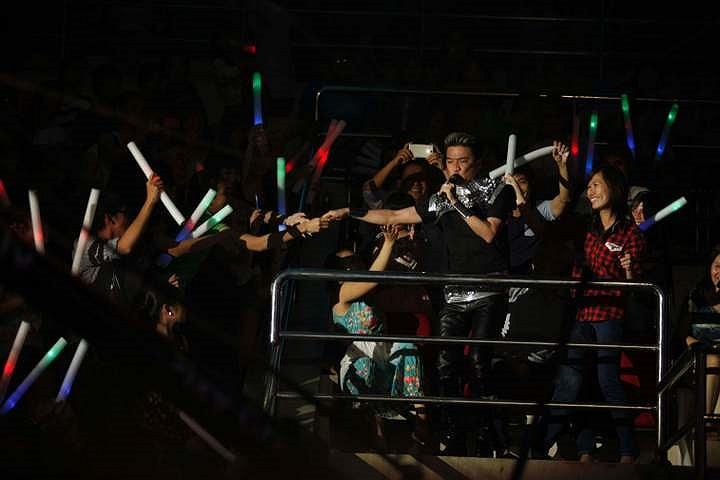 Đàm Vĩnh Hưng đã khuấy động toàn bộ khán giả bằng cách giao lưu đến mọi vị trí trong sân khấu.
