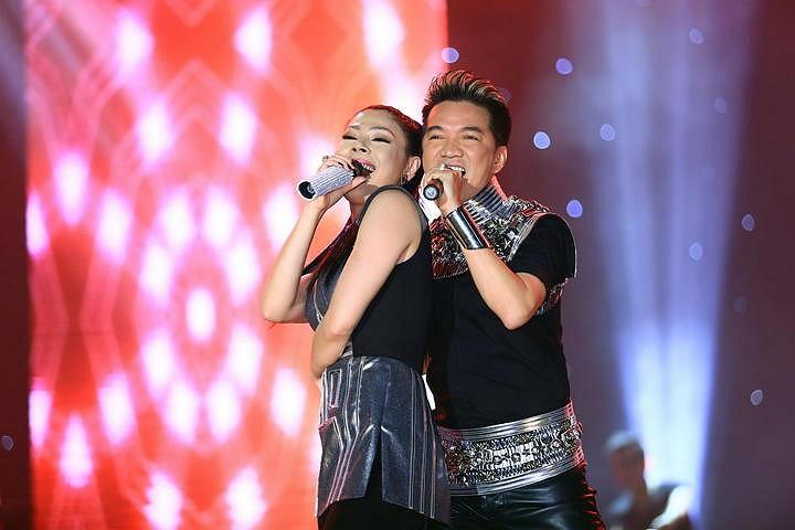 Mr Đàm cùng Thanh Thảo song ca hết mình để phục vụ cho khán giả.