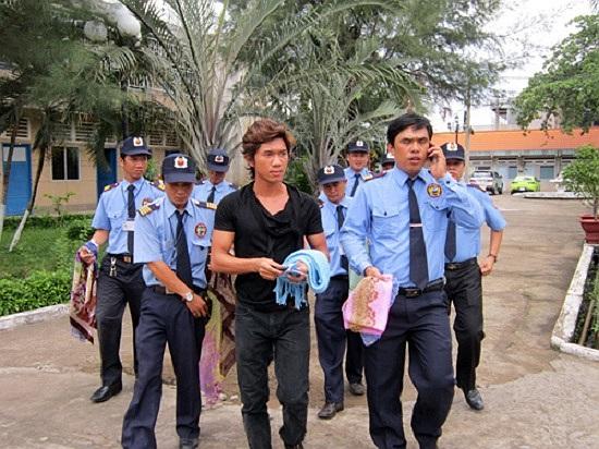Vì muốn 'huấn luyện' đội bảo vệ của công ty mình, Lương Bằng Quang từng làm hành động kệch cỡm là dắt một 'binh đoàn vệ sỹ'...