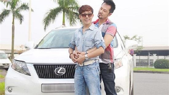 Long Nhật thì khiến nhiều người ngao ngán khi một mặt phủ nhận đồng tính nhưng vẫn chăm chỉ lên báo khoe xe bạc tỷ của bạn trai tặng...