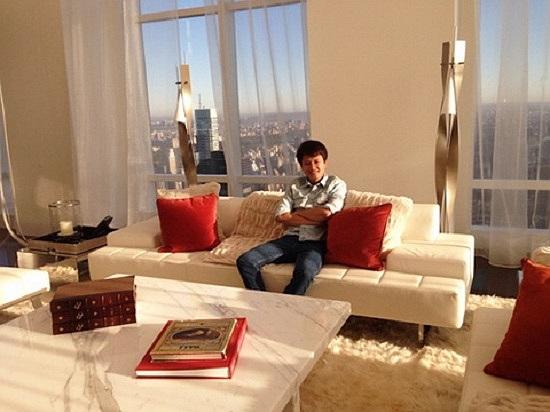 Ca sỹ Hà Phương ngồi thoải mái bên trong ngôi penthouse giữa trung tâm NewYork.