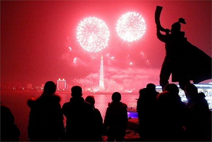 Pháo hóa rực rỡ trên tháp Juche, bên dòng sông Taedong ở Bình Nhưỡng, Triều Tiên trong đêm giao thừa 2013