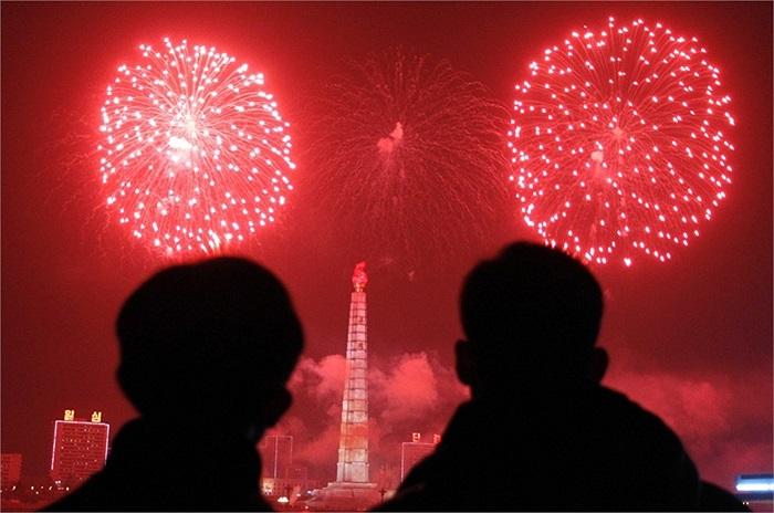 Hình ảnh người dân Triều Tiên đứng ngắm nhìn pháo hoa ở thủ đô trong đêm giao thừa 2013