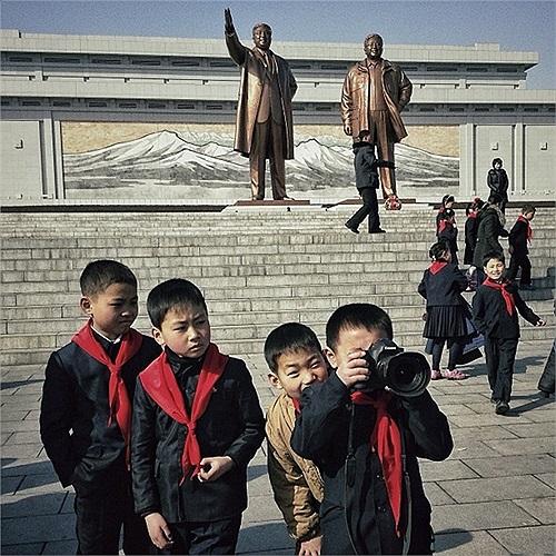 Những học sinh Triều Tiên ở đồi Hansu, nơi có bức tượng 2 cố lãnh đạo
