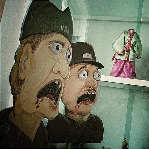 Bức tranh vẽ lính Mỹ và lính Nhật trong một trường học Triều Tiên