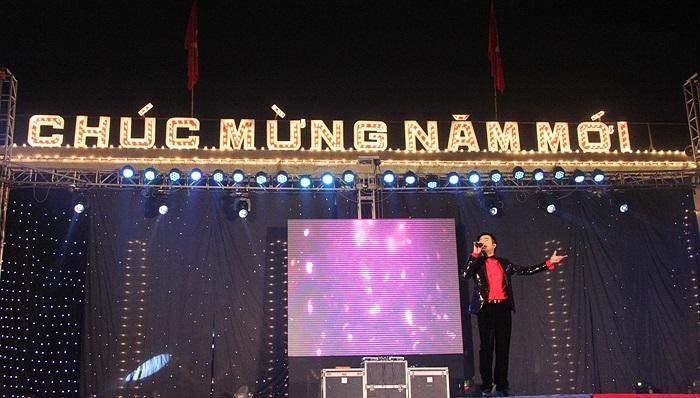 Trước cổng công viên Thống Nhất (Hà Nội), chương trình ca nhạc, nghệ thuật chào mừng năm mới thu hút hàng nghìn người theo dõi. Các ca sĩ nổi tiếng như Minh Quân, Thái Thùy Linh 'cháy' hết mình trong đêm cuối cùng năm 2013