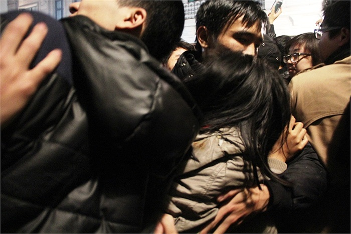 Nhiều cô gái đã bị ngất xỉu và nhanh chóng được đưa khỏi đám đông