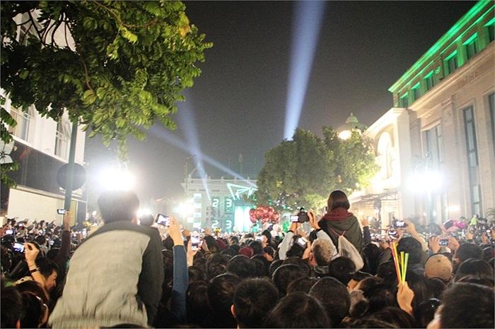 Càng đến khoảnh khắc chuyển giao sang năm mới, dòng người đổ về trung tâm Nhà Hát Lớn càng đông