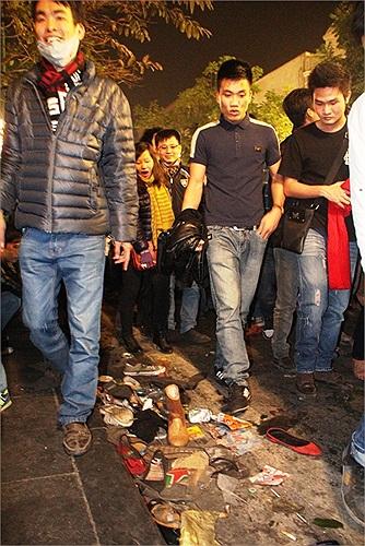 Kết thúc sự kiện chào đón năm mới, con đường Tràng Tiền trước mặt Nhà Hát Lớn ngổn ngang rác