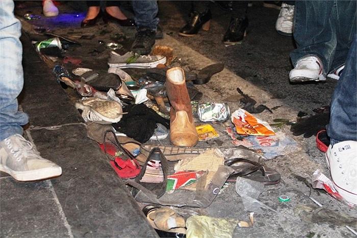 Đủ mọi loại rác được những người đi đường vứt ra
