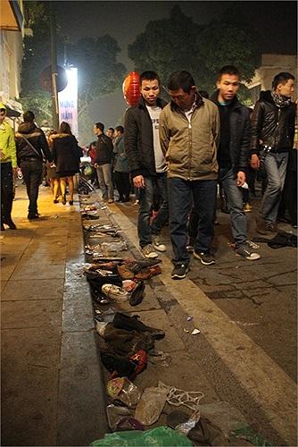 Trên con phố Tràng Tiền, rác thải tràn ngập sau sự kiện đón năm mới
