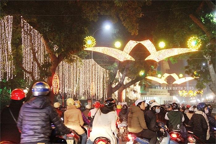 Gần nửa đêm, đoạn đường về trung tâm Hồ Hoàn Kiếm luôn trong tình trạng tắc nghẹn