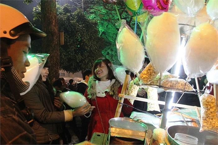 Hình ảnh những chiếc kẹo bông trắng tinh lại xuất hiện trên các con phố Hà Nội gợi nhớ về tuổi thơ