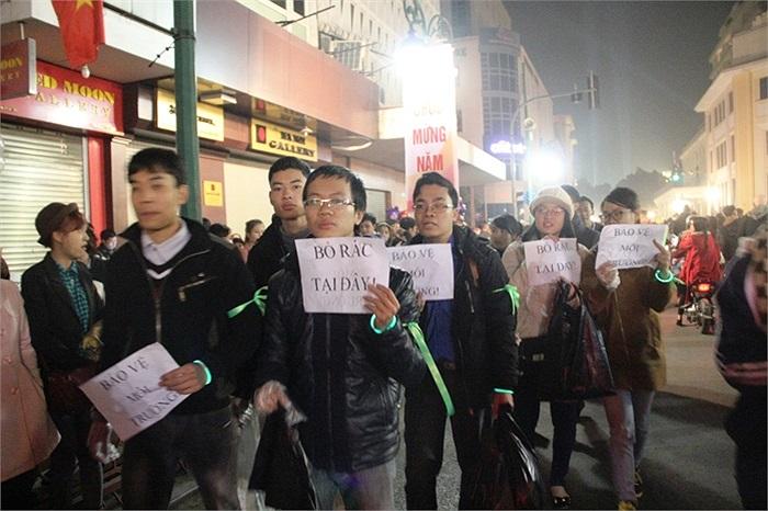 Nhóm bạn trẻ Hà Thành liên tục có mặt ở những nơi đông người qua lại để tuyên truyền về bảo vệ môi trường