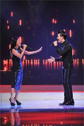 Hai giọng ca đẹp kết hợp cùng nhau trên sân khấu, cùng thổi tình cảm vào ca khúc. Nathan Lee nhập tâm đến mức anh dường như đang 'phải lòng' đàn chị Mỹ Lệ.