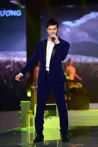 Trở lại với liveshow thứ 9, Nathan Lee rất biết 'lấy lòng NTK Hà Duy khi diện bộ vest màu xanh mà cách đây ít lâu chính anh đã ra giá 200 triệu và giành lấy BST của NTK trẻ này.