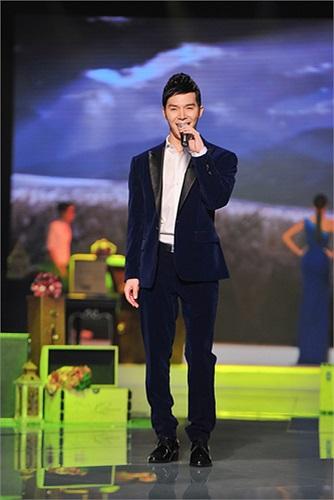 Bộ vest mà Nathan Lee giữ lại nay được anh mang lên sân khấu trình diễn tiết mục mở màn cùng dàn mẫu chân dài đình đám của Vbiz qua ca khúc nhạc Pháp rất ngọt ngào mang tên Nostalgie (Niềm thương nhớ).