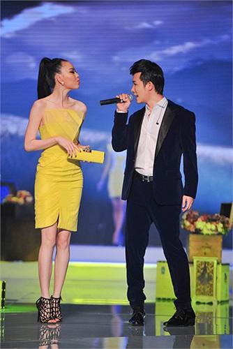 Nam ca sỹ kết hợp với Vũ Hoàng Điệp khi cô catwalk trong tiếng cổ vũ của fans.