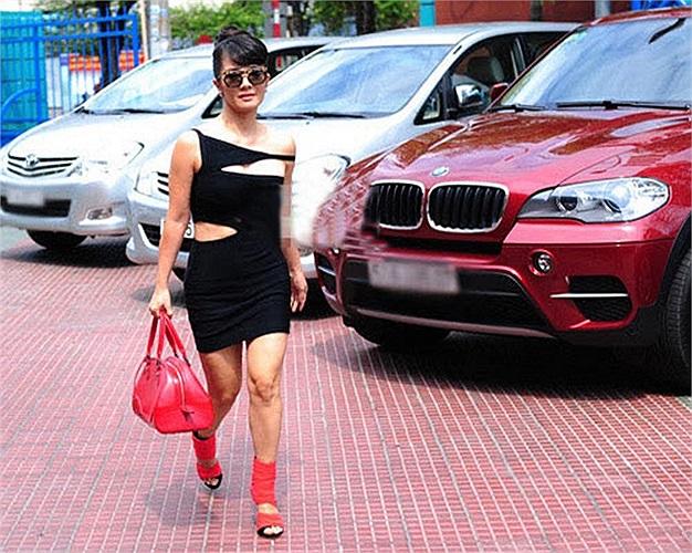 Trang phục gây sốc của Hồng Nhung ở đầu mùa Giọng hát Việt 2013.