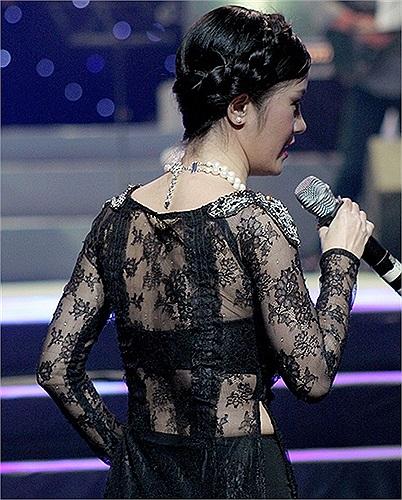Áo dài xuyên thấu và trong suốt được Hồng Nhung ưu tiên chọn cho các lần lên sân khấu.