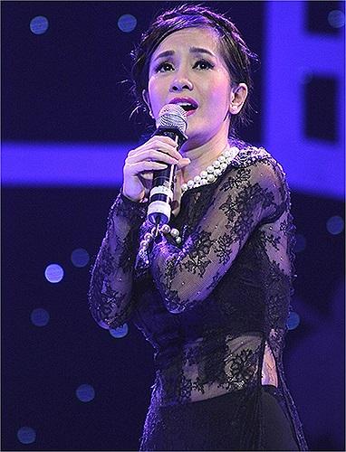 Cô thường dùng áo dài xuyên thấu trong các chương trình hát nhạc Trịnh.