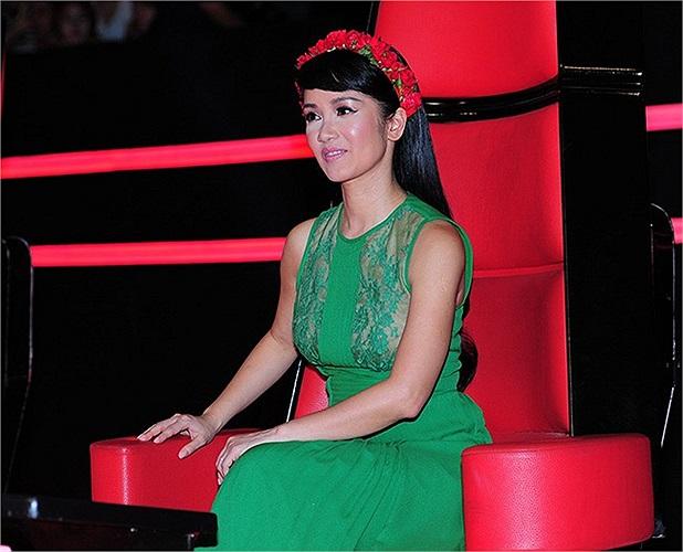Ấn tượng và đáng nhớ nhất phải kể đến chiếc váy màu xanh mà cô ra mắt khán giả lúc chương trình mở màn.