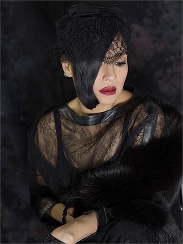Diva Thanh Lam cũng không ngại mặc những trang phục hở hang để tôn lên vẻ quyến rũ, mặn mà.