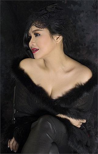 Thanh Lam không ngại diện trang phục gợi cảm, trễ nải ngay cả ở tuổi 44.