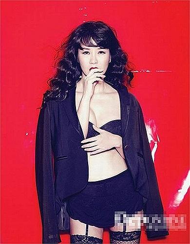 Khoảng 1 năm trở lại đây, Hồng Nhung rất tích cực chụp ảnh nội y lưu giữ tuổi xuân cho các tạp chí đàn ông.