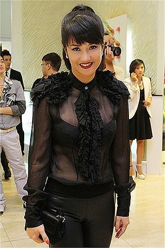 Áo xuyên thấu khoe nội y là sở thích đặc biệt trong gu thời trang của Hồng Nhung.