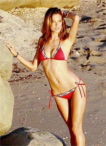 Alessandra Ambrosio được biết đến là một trong những siêu mẫu Brazil nổi tiếng nhất nhì trong làng mốt thế giới.