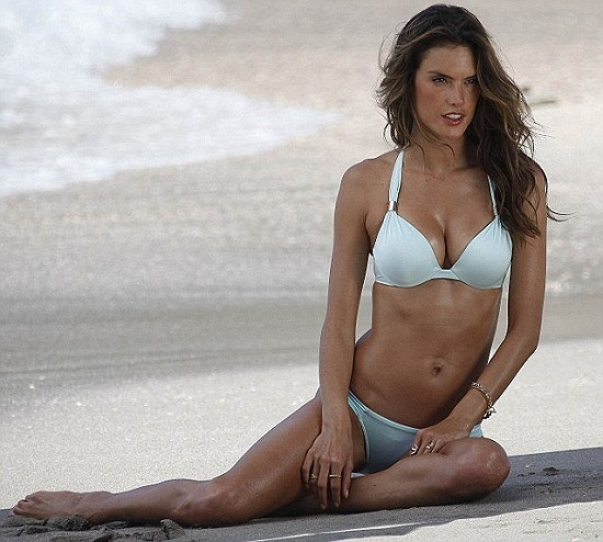 Dù đã cận kề tuổi 30, cô siêu mẫu xứ samba Alessandra Ambrosio vẫn đẹp rực rỡ và làm say đắm phái mạnh bởi đường cong nóng bỏng.