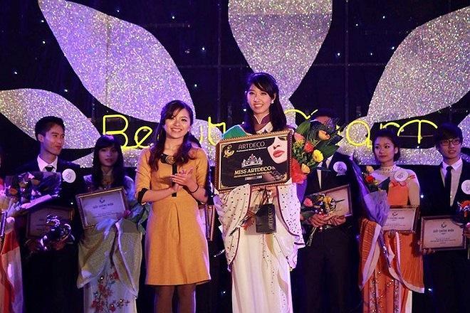 Xinh đẹp, tài năng, Hồng Vi đã chiếm trọn được tình cảm của khán giả và ban giám khảo. Bên cạnh danh hiệu hoa khôi, Hồng Vi còn nhận được giải Miss Artdeco.