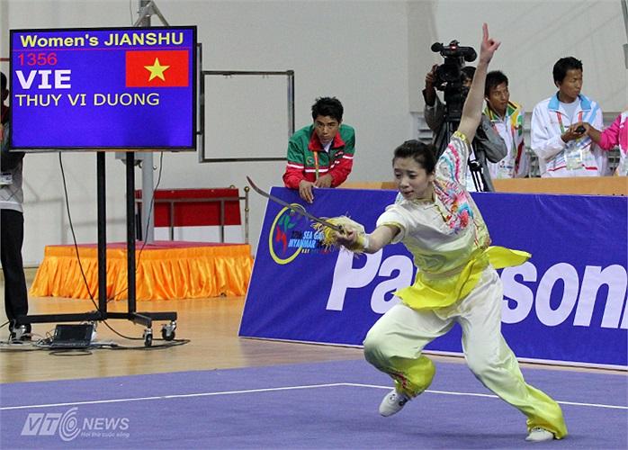 Dương Thúy Vi là hy vọng vàng còn lại của Wushu Việt Nam trong buổi sáng 7/12 sau khi hàng loạt tên tuổi trước đó của Wushu nước nhà thất bại.