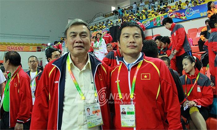 Trưởng đoàn TTVN Lâm Quang Thành chia vui với lãnh đội Wushu Lê Minh Hà.