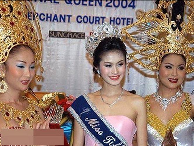 Năm 2004, cô tham gia cuộc thi Hoa hậu chuyển giới tại Thái Lan (Miss Tiffany) và đăng quang danh hiệu cao nhất.