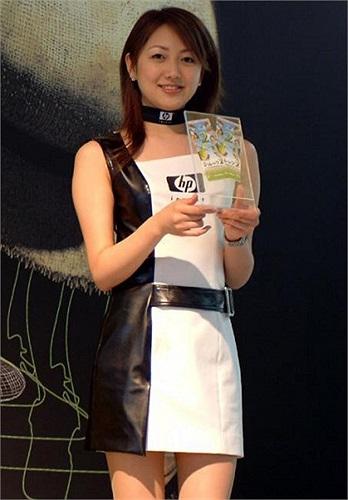 Dương Huệ Nghiên sinh năm 1981 tại Thuận Đức, Quảng Đông