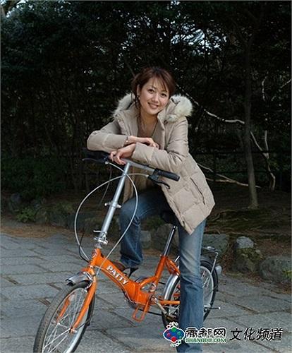 Dương Huệ Nghiên còn là một người tích cực tham gia công tác xã hội