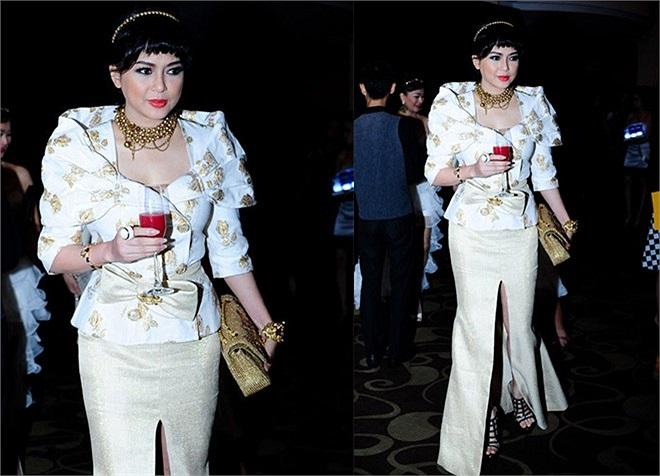 Bộ cánh rườm rà mang đậm phong cách Hoàng gia của mẹ chồng Hà Tăng diện khi tham dự show xuân - hè 2013 của Đỗ Mạnh Cường là tiêu điểm chú ý của showbiz trong tháng 5/2013.