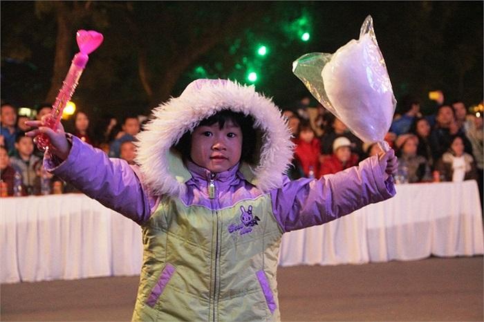 Những cô bé, cậu bé xinh xắn đáng yêu được gia đình đưa đi đón năm mới 2014 tại những nơi tổ chức chương trình nghệ thuật ở trung tâm Hà Nội