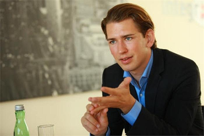 Tháng 4/2011, chàng sinh viên luật chưa tròn 25 tuổi đặt chân vào Nội các Áo với vị trí Thứ trưởng chuyên trách Hòa nhập Xã hội của Bộ Nội vụ, khi đó Kurz tạm ngưng việc học
