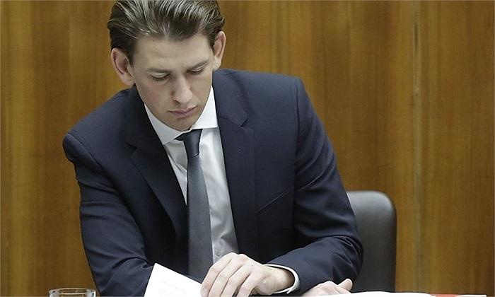 Sự nghiệp chính trị của Kurz cũng gặp nhiều sóng gió khi có hơn 30.000 người phản đối cho một người quá trẻ lên làm lãnh đạo