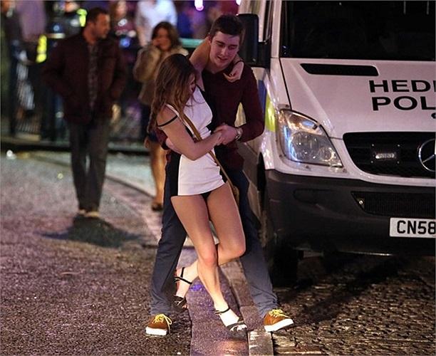Thiếu nữ say xỉn phải nhờ bạn trai đưa về tại Swansea, Vương Quốc Anh