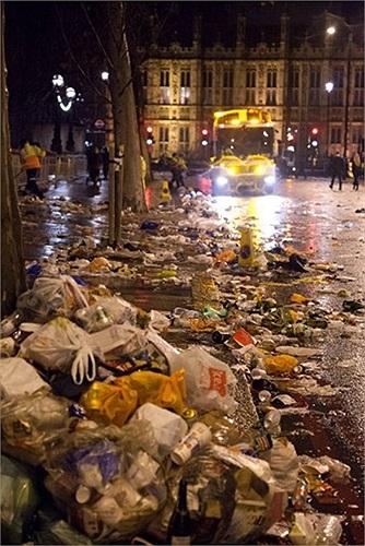 Đường phố ngập rác sau đêm giao thừa