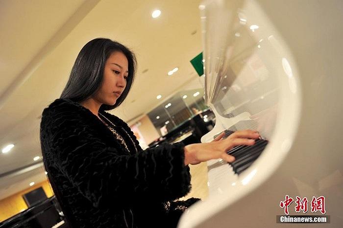Một trong những sở thích của cô là chơi đàn piano